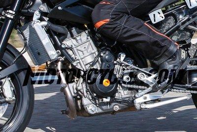021916-spy-photos-2017-ktm-890-duke-engine-close-up-577x389.jpg