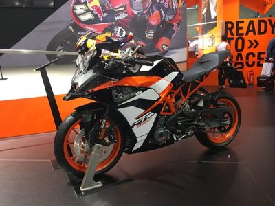 2017-KTM-RC-390-new-paint-front-quarter-INTERMOT-2016-1024x768.jpg